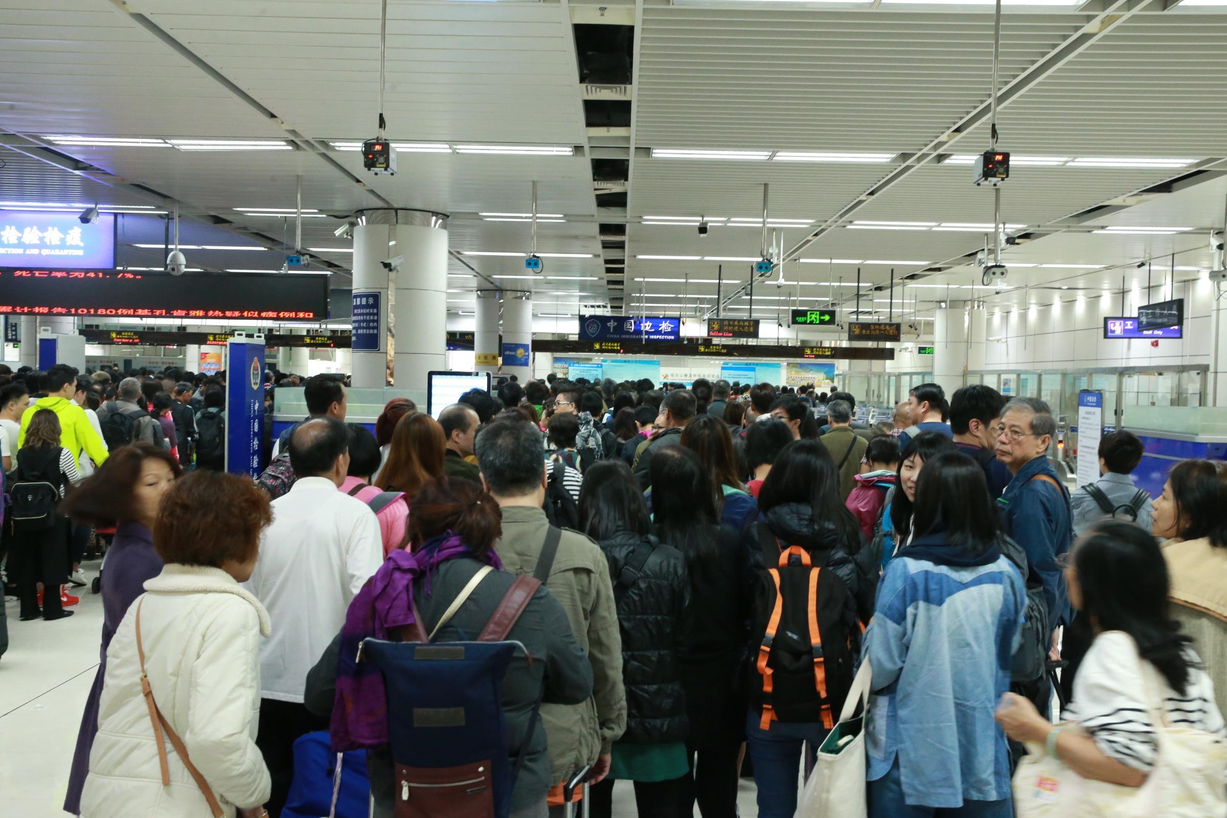 春节前迎客流高峰 深圳湾口岸单日出入境达18.4万人次